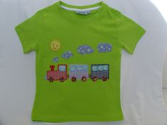 Camiseta verde con tren de aplicaciones patchwork en diferentes colores.
