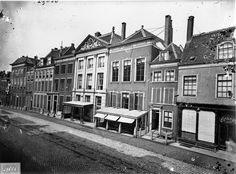 De Breestraat tussen de Maarsmansteeg en de Mandenmakerssteeg. In het pand met de timpaan was destijds café 'Suisse' gevestigd; vanaf 1900 café-restaurant 'In den Vergulden Turk'. Rechts daarnaast sociëteit 'Amicitia' en sigarenwinkel Boele. Links woonde brander Harteveld. De panden maken nu deel uit van Vroom & Dreesmann. (Deze foto moet tussen 1879 en 1882 zijn gemaakt.)