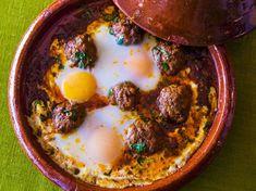Tajine kefta eggView the tajine kefta egg recipe - Recipes Easy & Healthy Irish Recipes, Egg Recipes, Healthy Eating Tips, Healthy Nutrition, Iran Food, Israeli Food, I Foods, Easy Meals, Food And Drink
