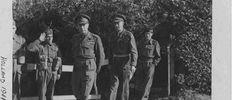 De Engelse koning (voorop), gevolgd door Lt. Generaal M. Dempsey en de Britse Veldmaarschalk Bernard Law Montgomery bezoeken de Britse troepen aan het front tussen Nijmegen en Mook. 10-1944
