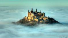 Puri ini berada di ketinggian 855 meter di negara bagian Baden-Württemberg. Penguasa Prusia membangun kembali puri yang menjadi asal leluhurnya mulai 1850, sesuai gambaran ideal puri Abad Pertengahan. Dinasti Hohenzollern menjadi dinasti kaisar Jerman dari tahun 1871 sampai 1918.