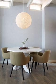 Tafelen 2.0 doe je aan een ronde eettafel zoals Goossens Surround. Een buitengewoon exclusieve, maar vooral ook praktische uitvoering met gekruiste poten. // Goossens Wonen & Slapen @ Villa ArenA