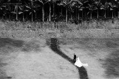 Não há obstáculos para o amor. #wedding #weddingday #noiva #casamento #bride #bouquet #party #love #dress #trashthedress #gustavopiazzarollo