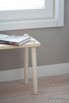 p i i p a d o o: DIY-yöpöytä = harjanvarsi + pala lautaa Broom Handle, Wooden Shelves, Woodworking, Desk, Diy Crafts, Bedside, Table, Projects, Shelf