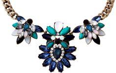 Materiale:  Collana color oro anticato con grande elemento statement  nella parte anteriore. Le pietre acriliche sono disposte a forma di fiore e realizzate in una paletta di colori verde - blu.            Lunghezza:  40 cm...