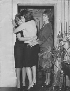 Sophia Loren with her sister, Maria and mother, Romilda. Actors Then And Now, Carlo Ponti, Sophia Loren Images, Smoking Girls, Vintage Flash, Raquel Welch, Classic Actresses, Steve Mcqueen, Old Actress