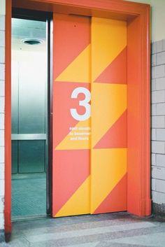 10 Wayfinding Signage Examples to Inspire You Directional Signage, Wayfinding Signs, Outdoor Signage, Office Signage, Event Signage, Office Branding, Environmental Graphic Design, Environmental Graphics, Hospital Signage