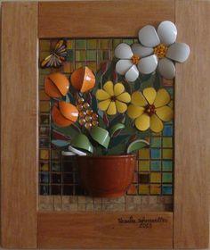 Mosaico em louças, gemas, aplique de cerâmica, smalti, pastilhas de vidro.