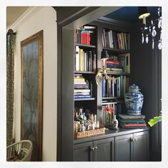 Gorgeous - notice the art Classic Style with Maura Endres - The Glam Pad Chinoiserie, Architectural Digest, Home Look, Built Ins, Decoration, Beautiful Homes, Beautiful Interiors, Dark Interiors, House Interiors