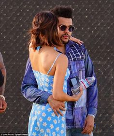 Selena Gomez and The Weeknd seen at the 2017 Coachella Music Festival Selena Gomez Instagram, Selena Gomez Short Hair, Selena And The Weeknd, Selena And Abel, Selena Gomez Outfits, Hair Inspo, Hair Inspiration, Medium Hair Styles, Short Hair Styles