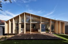 Construído na 2016 na Oakleigh, Austrália. Imagens do Aaron Pocock              . Este projeto dos arquitetos doWarc Studio trata-se de alterações e adições de baixo orçamento a uma residência solitária de 1960 no subúrbio de...