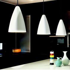 Värit: valkoinen/musta/harmaa/messinki Mitat: Ø 190 , k 280 Teho: 1 x max 35 W Valonlähde: E27 Kotelointiluokka: 20 Paino kg: 0,7 Johdon pituus cm: 200 Materiaali: alumiini