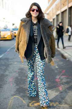 Throwback Thursday: More than 400 Street Style Snaps From Last Seasons NYFW: This show-goer made her look all about the texture with ruffled layers. : Leandra Medine gave her statement trousers a cozy fiinish with a luxe shearling and suede jacket. Minimal Fashion, White Fashion, Star Fashion, Love Fashion, Autumn Fashion, Fashion Trends, Leandra Medine, Estilo Blogger, Style Snaps