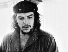 """Ο Κουβανός Alberto Korda (1928-2001), ήταν ο φωτογράφος που έγινε γνωστός για μερικές από τις διασημότερες λήψεις, όπως η περίφημη """"Guerrillero Heroico"""" (Ηρωικός Αντάρτης), η οποία απεικονίζει τον Ernesto Che Guevara, το 1960, σε ηλικία"""