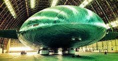 Gigantic? Oui, c'est un aéronef gigantesque! On dirait un OVNI!