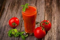 Organic tomato juice can send a natural jolt of vitamins and minerals into your alcohol-ravaged body, but that's not its only perk. Tomato juice hydrates, and just like honey, the fructose in the juice will help flush out lingering alcohol. Homemade Tomato Juice, Tomato Juice Recipes, Hangover Food, Juice Cleanses, Healty Dinner, Dieta Detox, Detox Your Body, Healthy Detox, Juicing