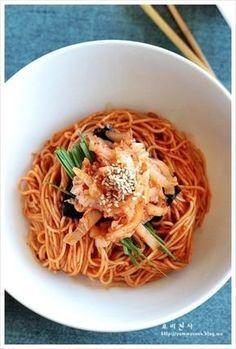 김치 비빔국수 황금레시피, 요즈음 비빔국수가 입맛 당길 때입니다 비빔국수하면 역시 잘 익은 김치가 들어... Easy Cooking, Cooking Recipes, K Food, Asian Recipes, Ethnic Recipes, Comfort Food, Korean Food, How To Cook Pasta, Food Plating