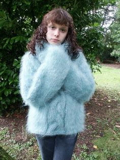 Mohair Girls 4, Girls In Love, Girls Wear, Thick Sweaters, Wool Sweaters, Knitting For Kids, Hand Knitting, Gros Pull Mohair, Angora Sweater