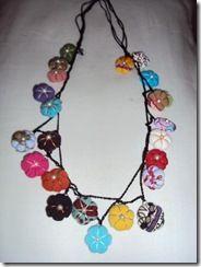 Mini flores de fuxico recheadas no colar de Alice Menezes