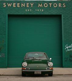 voiture Porsche devant garage, vert sombre, transports