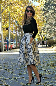 Modest midi and knee length dresses and skirts with sleeves stylish - Mode-sty Full Midi Skirt, Midi Skirts, Skirt Pleated, Full Skirts, Waist Skirt, Chic Summer Outfits, Classy Outfits, Girly Outfits, Fall Outfits