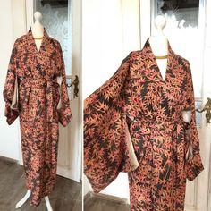 Freue mich, euch diesen Artikel aus meinem Shop bei #etsy vorzustellen: Kimono Robe in Schwarz mit wunderschönen Roten und Gelben Blätter / Kimono Mantel aus Seide / Kimono / Nightgown / Morgenmantel / Kimonorobe