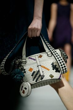 The complete Bottega Veneta Fall 2018 Ready-to-Wear fashion show now on Vogue Runway. Fall Handbags, Tote Handbags, Tote Bags, Leather Purses, Leather Handbags, Leather Bags, White Leather, Beautiful Bags, Bottega Veneta