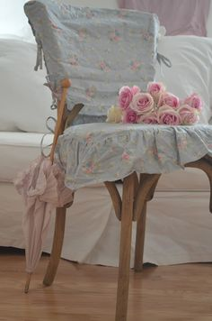 Love shabby chic fabric chair cover, old umbrella & flowers! A lot more excellent shabby chic furniture suggestions on my web site. Tissu Style Shabby Chic, Tela Shabby Chic, Shabby Chic Stoff, Shabby Chic Mode, Estilo Shabby Chic, Shabby Chic Fabric, Shabby Chic Furniture, Cottage Shabby Chic, Shabby Chic Decor