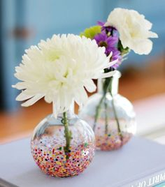 Easy DIY: Confetti Vases Very popular and very pretty. –Take your inexpensive glass vases and give them a quick confetti make over using a toothpick and some paint. Easy Teacher Gifts, Easy Diy Gifts, Verre Design, Glass Design, Diy Confetti, Glitter Confetti, Diy Simple, Deco Originale, Plan Your Wedding