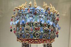 """ритуальный головной убор """"Корона Феникса"""" для вдовствующей императрицы Сяоцзи (династия Мин, эра Ваньли: 1573-1620) . в данный момент находится в Национальном музее в Пекине, была извлечена из гробницы Динлин под Пекином. на короне изображено 12 драконов и 9 фениксов. корону Феникса императрица одевала только во время важных событий : получения титула, посещения родового храма, приема министров."""