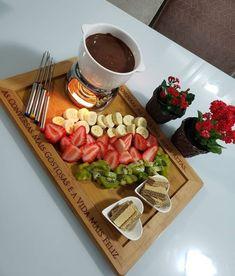 valentine gifts Essa foi uma sugesto que mo - gifts Date Dinner, Dinner Sets, Comida Picnic, Party Food Platters, Romantic Dinners, Romantic Dinner Setting, Aesthetic Food, Food Presentation, Diy Food