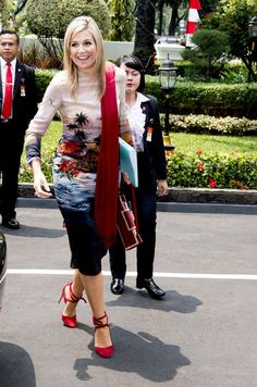 La reine Maxima affiche un look hawaïen en Indonésie