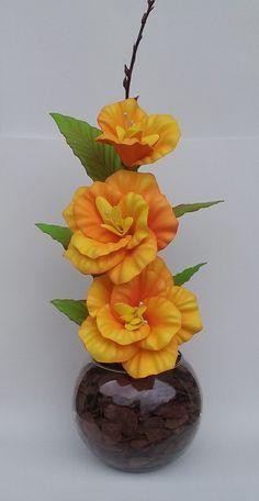 Arranjo de flores artificiais em vaso de vidro com flores artificiais em eva na cor laranja e amarelo. Elaboramos em diversas cores. Giant Flowers, Clay Flowers, Flower Vases, Flower Crafts, Flower Art, Candle Art, Tissue Paper Flowers, Decorated Jars, Flower Making