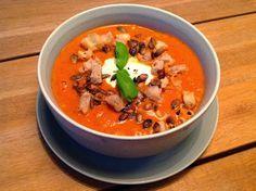 Denne tomatsuppe får vi en gang om ugen hele vinteren. Den smager rigtig dejligt og er hurtig at lave. De to dåser tomat, kan... Vegetarian Recipes Easy, Soup Recipes, Cooking Recipes, Cook N, Dinner Is Served, I Love Food, Food Inspiration, Food To Make, Easy Meals