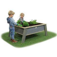 Lasten omassa Istutuslaatikossa lapset voivat kasvattaa mansikat, yrtit ja muut hyötykasvit. Aloita rakentamaan lasten omaa kasvimaata jo tänään!  #istutuslaatikko #lastenpiha #kasvimaa