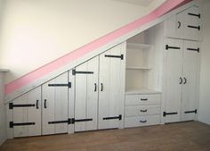 Steigerhout inbouwkast in old-look whitewash - Attic Bedroom Designs, Attic Rooms, Hall Design, Attic Bathroom, Attic Remodel, Tiny House Movement, Diy House Projects, Home Bedroom, Bed And Breakfast