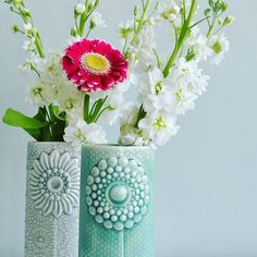 Heerlijk bloemen in huis. Prachtig, zeker in combinatie met de handgemaakte porseleinen vazen van #finnsdottir. #grinandbeam #vazen #porselein #woonaccessoires #voorinhuis #interieur #interieurstyling #webwinkel #webshop #verwenjezelf
