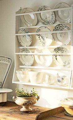 Vintage House: Samma Sort Plate Racks In Kitchen, Plate Rack Wall, Diy Plate Rack, Plate Shelves, Kitchen Redo, Plates On Wall, Kitchen Remodel, Plate Hangers, Vintage Plates