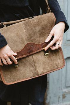 Eine Tasche für alle Situationen. Eine Tasche, die optisch und praktisch zu überzeugen weiß. Das ist sie! Die Ledertasche aus hochwertigem Wildleder ist der perfekte Begleiter für den Alltag. Ob Freizeit, Arbeit oder Uni - diese Tasche passt sich Deinen individuellen Bedürfnissen an. Im erfrischend unkonventionellen, jugendlichen Design präsentiert sie sich und kann mit ihrer vielfältigen Staufläche überzeugen, in der sowohl das Notebook 13 Zoll, A4-Dokumente und das iPad Air Platz finden.
