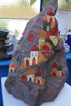 Painted rocks - cottages, buildings, etc. Pebble Painting, Pebble Art, Stone Painting, Stone Crafts, Rock Crafts, Stone Drawing, Lucky Stone, Rock And Pebbles, Rock Painting Designs