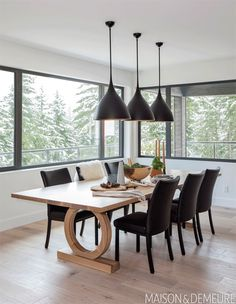 Graphic pendants and inky chairs offset the warmth of the wood dining table. Dining Furniture, Luxury Furniture, Furniture Design, Tree Furniture, Modern Grey Kitchen, Diy Home Decor Projects, Luxury Decor, Design Moderne, Cuisines Design