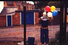 Palhaço sinistro assusta moradores de cidade da Inglaterra, veja as fotos http://www.bluebus.com.br/palhaco-sinistro-assusta-moradores-cidade-inglaterra-fotos/