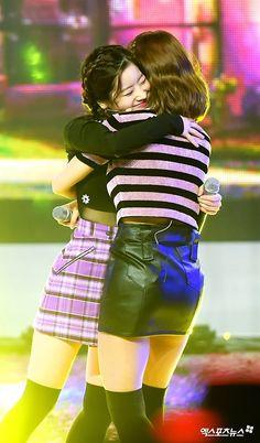 #TWICE LIKEY : #Dahyun #Momo hug.. hug..