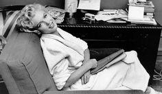"""Marilyn Pause-peignoir  Photo prise sur le tournage de """"Sept ans de réflexion"""" en 1954"""