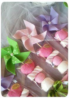 Bomboniera spiedino marshmallow decorato con girandola in pannolenci. Lo Scrigno di Emiliana- pagina Facebook