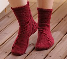 Arkadian Ulla Socks is a toe-up sock pattern with moderate cabling and slightly different heel structure. It was originally designed for a small group of knitters in Eastern Finland and it was worked as a mystery-KAL. Hence the Finnish version has been test-knit extensively.