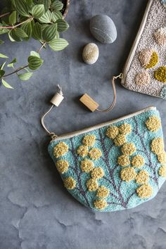 Book Crafts, Yarn Crafts, Halloween Kleidung, Punch Needle Patterns, Rug Yarn, Handmade Purses, Handmade Rugs, Idee Diy, Needle Book