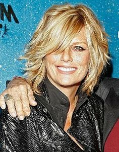 Patti Hansen, uses layers, whispy bangs, and a side part to hide her thinning hair. Thin Hair Tips, Medium Hair Styles, Short Hair Styles, Patti Hansen, Corte Y Color, Shoulder Length Hair, Hair Affair, Layered Hair, Great Hair