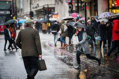 As pessoas fazem o seu caminho através de fortes chuvas na Oxford Street, em Londres.  Não...