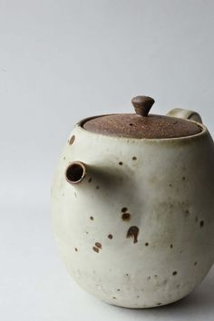 mayumi yamashita - Kohiki Teapot click the image or link for more info. Pottery Teapots, Ceramic Teapots, Ceramic Clay, Porcelain Ceramics, Ceramic Pottery, Japanese Ceramics, Japanese Pottery, Modern Ceramics, Earthenware